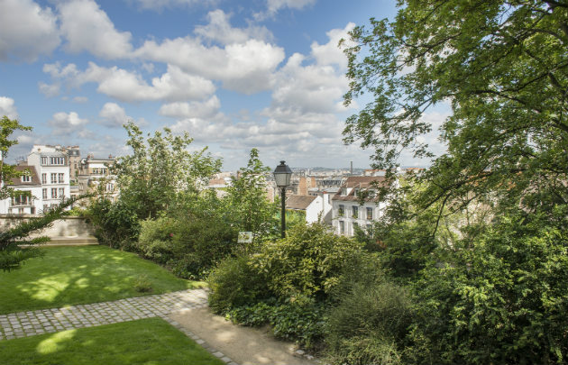 How to find a place to stay near the Montmartre museum in Paris ?